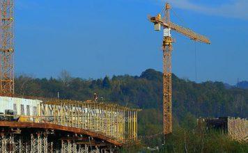 Kursy operatorskie – maszyny budowlane i dźwigi, koszty oraz opłacalność dokształcania